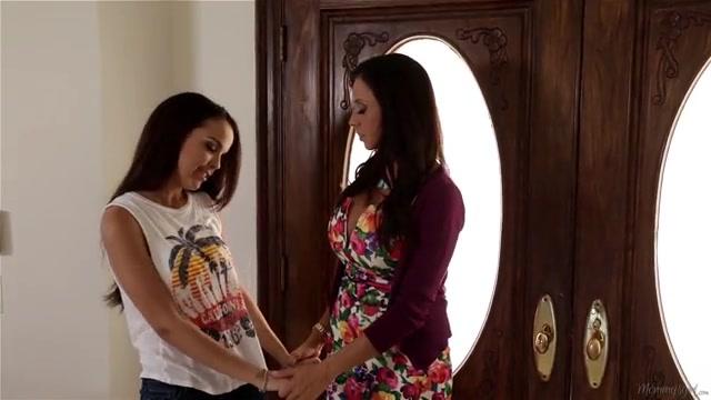 Девочки начинают свои лесбийские отношения