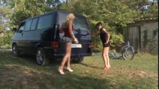 Девушки гуляя по улице заметили фаркоп на котором решили попрыгать