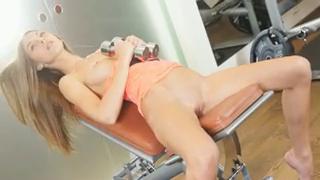 Голая сучка в спортзале