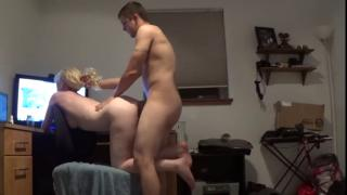 Жена смотрит порно, а муж попробует трахать её