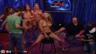 Красавица с шикарными дойками даёт интервью во время оргазма