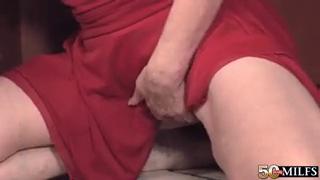 Молодой любовник подарил крутой оргазм зрелой бабе после траха на кухне