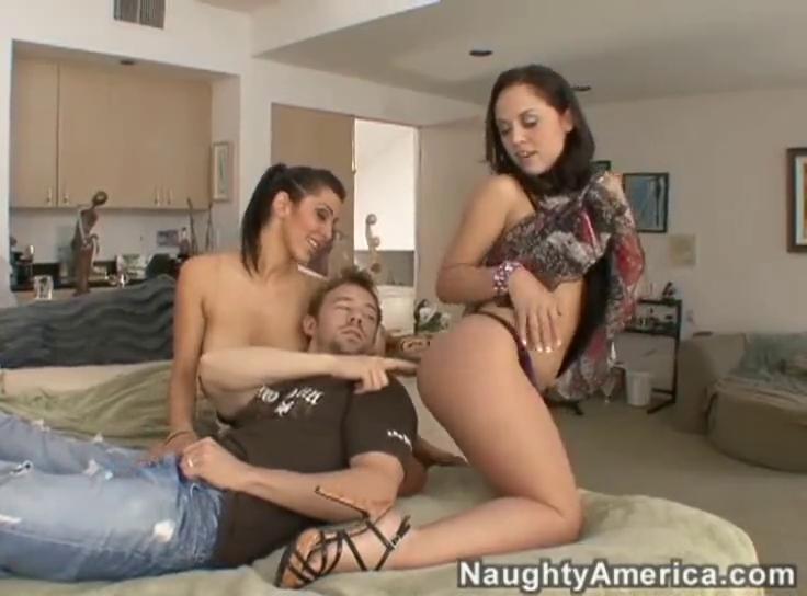 Парень пришал на квартиру к двум проституткам