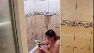 Подглядим как русская толстушка моется в ванной
