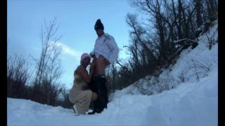 Зрелые ребята занялись сексом на снегу