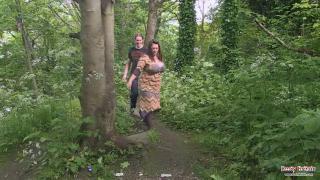 Секс в парке со зрелой брюнеткой