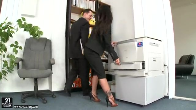 Шеф оттрахал свою секретаршу
