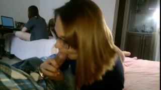 Сосу у своего парня, а сестра на соседней кровати смотрит фильм