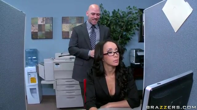 Занялись сексом с шефом в туалете